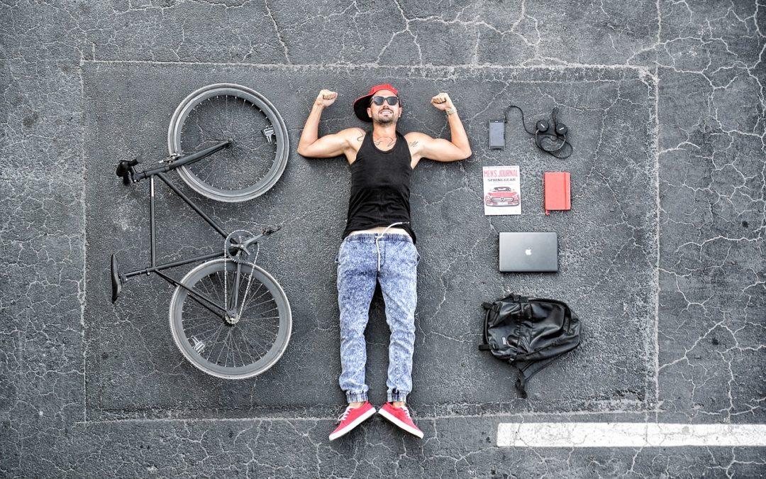 Pan leży i rower
